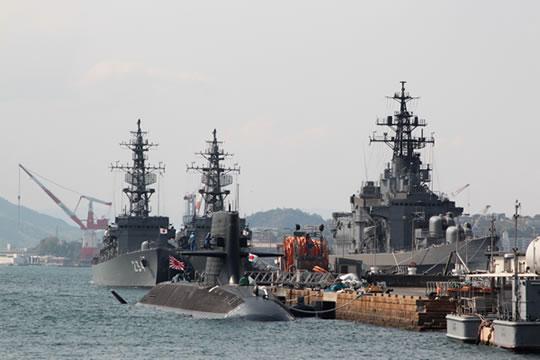 護衛艦が1せ~き、2せ~き・・・。