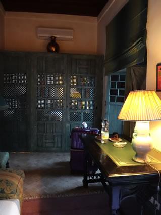 エアコン完備やで!緑の格子の向こうがバスルームやで!