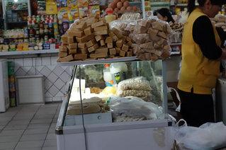 市場のチーズ売り場