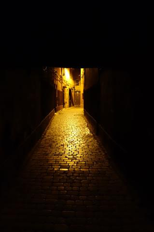 暗いところでは小股になる私。
